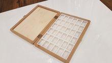 Lege houten kist voor 36 hele napjes  van Roman Szmal